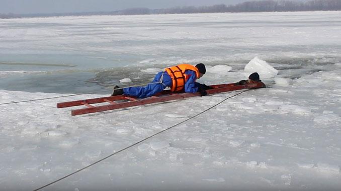 Спасатель на льду