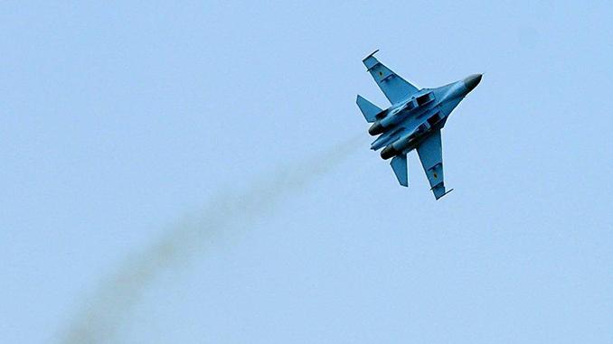 Российский истребитель Су-27, военный самолет