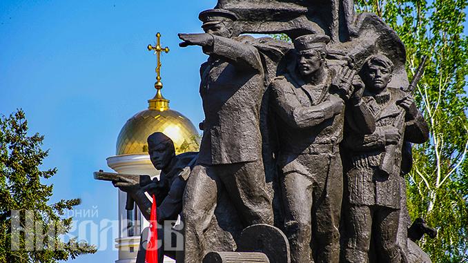 Памятник героям-ольшанцам в Николаеве, День победы, День освобождения Николаева (с) Фото - Алексанжр Сайковский, ВН