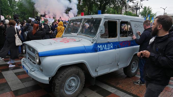 Протесты за отставку Авакова: под ВР подожгли милицейский бобик