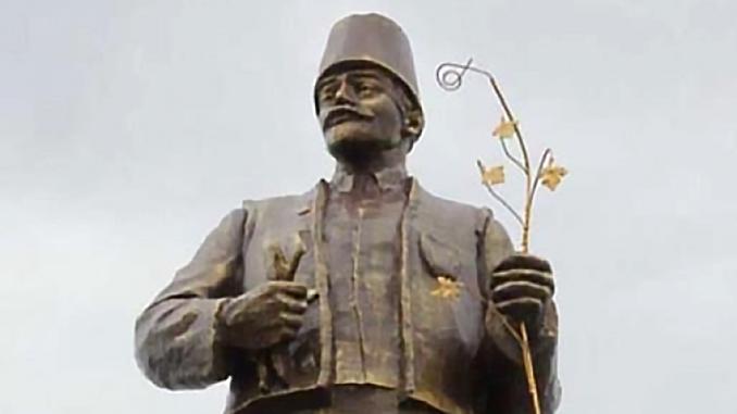 В Железнодорожном Болградского района Одесской области памятник Ленину переделали в болгарского сборщика винограда