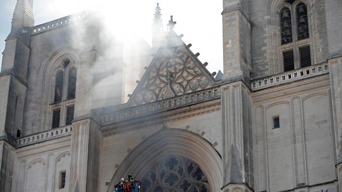 Поджог собора в Нанте осуществил беженец из Руанды, Франция, пожар в соборе
