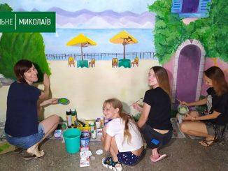 Роспись стен в Николаеве: Жительницы дома на Колодезной рисуют море на стене своего подъезда