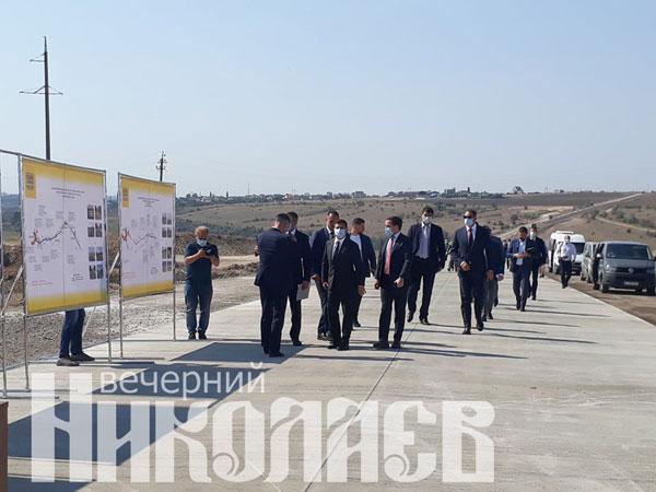Президент Украины Владимир Зеленский в Николаеве посетил строительство дороги Н-14 Николаев - Кропивницкий (с) Фото - Анна Рубанская, ВН