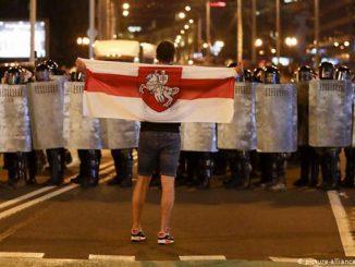 Беларусь, протесты в Беларуси, белорусский Майдан, улица, ОМОН, милиция, флаг, протест