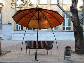 Арт-объект в Николаеве, лавочка с зонтиком