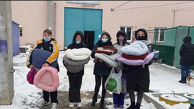 """Ученики школы №56 в Николаеве сделали подарки в """"Центр защиты животных"""""""