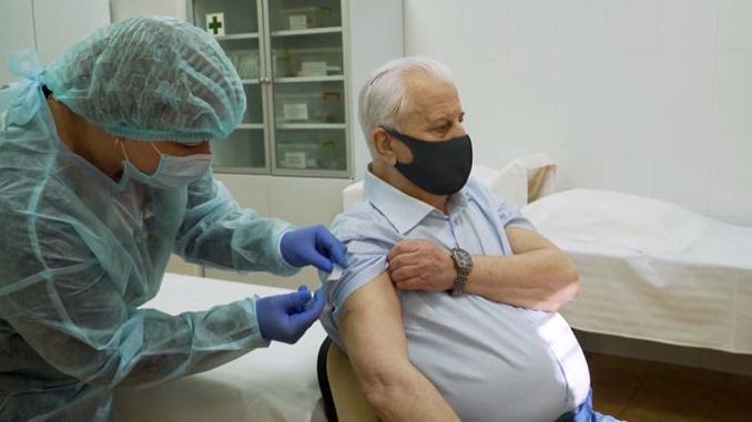 Леонид Кравчук привился от коронавируса AstraZeneca CoviShield