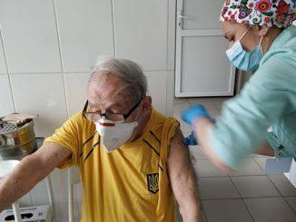 Старейший теннисист Украины получил вакцину от COVID-19