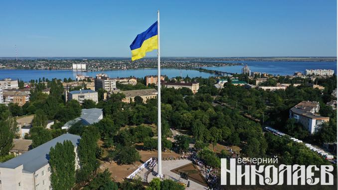 государственный флаг украины, день флага, флагшток, николаев