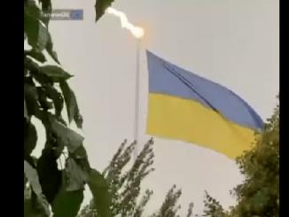 Харьков, гигантский флаг, молния